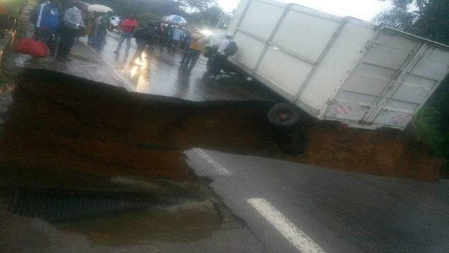 Hundreds of  passengers stranded on the Douala-Yaounde Highway