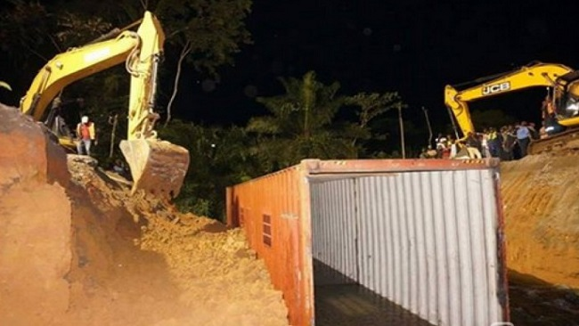 Yaounde-Douala Highway Crisis: CPDM regime repairs bridge using a container