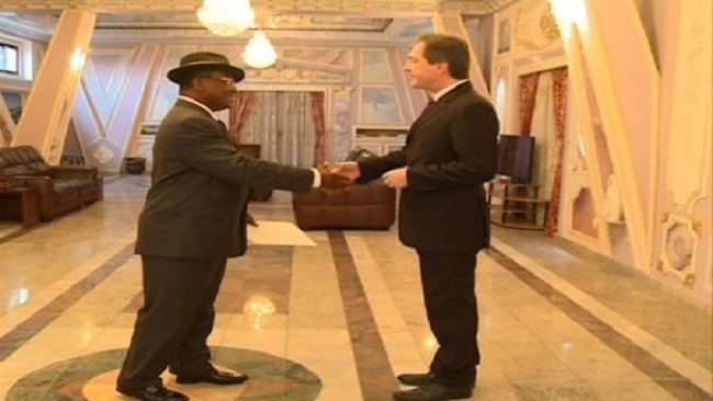 Yaounde: Minister wearing a hat receives diplomats
