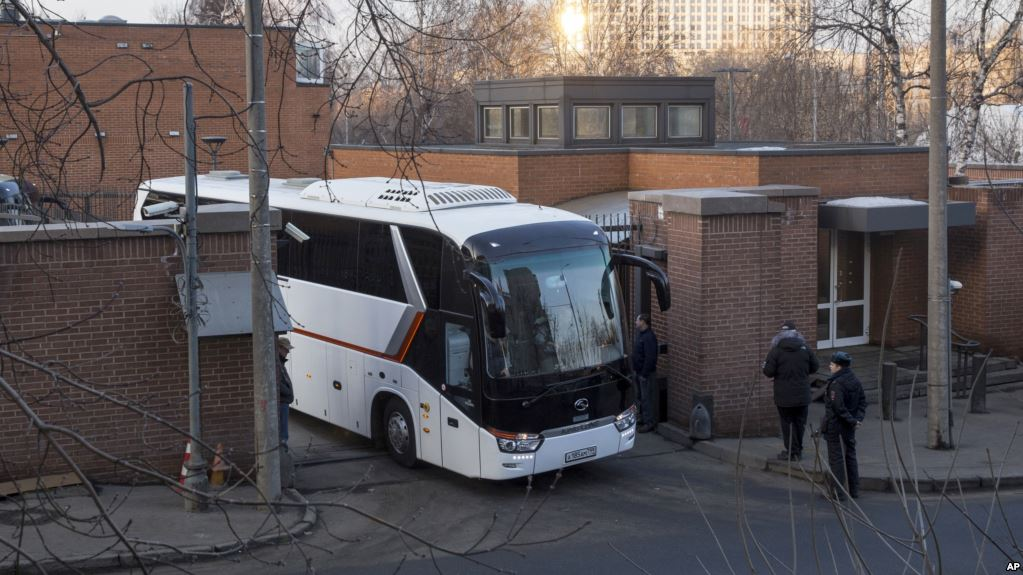 Expelled US diplomats leave embassy in Moscow