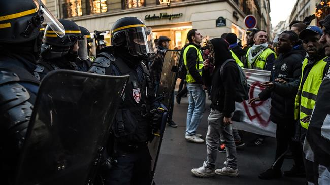 Protesters, police clash near Paris presidential palace