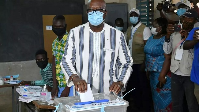 France-Afrique: Burkina Faso president far ahead at midway point in vote count