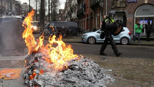 Covid-19: Dutch police arrest 260 nationwide amid violent anti-lockdown demos